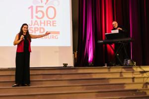 Marion Neuendorfer mit Klavierbegleitung lockerte zur Mitte mit Evergreens zum Mitsingen auf.