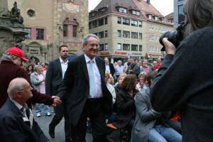 Mit viel Freude und Herzlichkeit haben die Würzburgerinnen und Würzburger SPitzenkandidat Christian Ude am Vierröhrenbrunnen empfangen.
