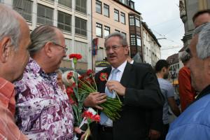 Mittendrin: Christian Ude verteilte Nelken und führte Gespräche mit den Bürgerinnen und Bürgern im Anschluss an die Veranstaltung.