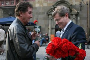 Immer ein offenes Ohr: Oberbürgermeister und Landtagskandidat Georg Rosenthal im Gespräch mit einem Würzburger.