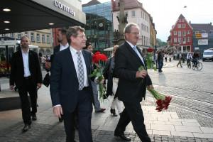 """Im Anschluss an die Veranstaltung """"Von OB zu OB"""" machten Christian Ude und Georg Rosenthal einen Spaziergang durch die Domstraße und verteilten Blumen."""