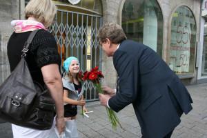 Blumen für die Jüngsten: Georg Rosenthal übergibt einer jungen Würzburgerin eine Blume.