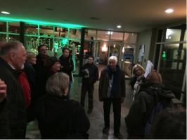 Petra Maidt M.A. (vorn im Bild) und Dr. Suse Schmuck von der Heiner-Reitberger-Stiftung erläutern den interessierten Besuchern den Grundriss des Mozartareals.