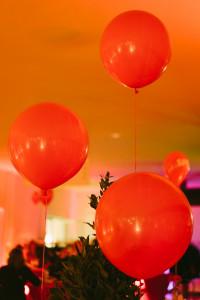 Zu einem Fest gehören rote Luftballons